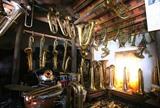 La fabrication artisanale des cuivres à Pham Phao