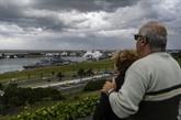 Espoir et angoisse, les proches des 44 marins espèrent un miracle