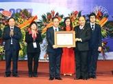 Le Premier ministre Nguyên Xuân Phuc décore lHôpital central dophtalmologie