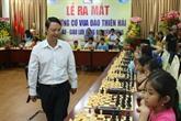 Il transmet sa passion des échecs aux enfants