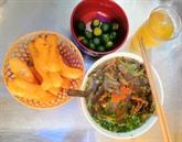 La perfection d'un bol de soupe de vermicelles aux anguilles