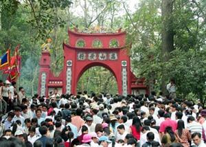 Au jour de lan, plus de 10.000 personnes se sont rendues au Temple des rois Hùng