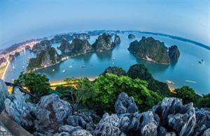 La baie de Ha Long vue du mont Bài Tho