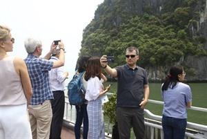 Une délégation de lOANA visite la baie dHa Long