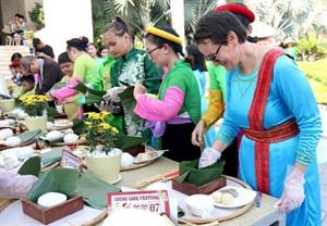 Plus de 100 touristes étrangers ont participé au Festival des banh chung