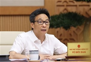 Le vice-PM Vu Duc Dam préside une réunion sur le redémarrage du tourisme