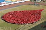 Les personnes habillées en rouge se rassemblent pour former une forme de goutte de sang à Marikina, aux Philippines, à l'occasion de la Journée mondiale de la santé (7 avril). L'événement vise à inciter le public à faire un don du sang. Photo : Xinhua/VNA/CVN