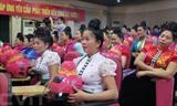 Des casques de moto pour les femmes de l'ethnie Thai ont la particularité d'avoir un énorme chignon sur la tête. Photo : Hông Cuong/VNA/CVN