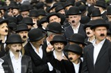 Six cent soixante-deux personnes, de tous âges, se sont rassemblées déguisées en Charlot dimanche 16 avril au Chaplin's World, seul musée au monde dédié à Charlie Chaplin situé à Corsier-sur-Vevey, dans l'Ouest de la Suisse. Photo : EPA/VNA/CVN