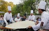 Les chefs indiens préparent un Bhatura, reconnu le plus grand de ce pays. Le Bhatura est une sorte de pain frit indien. Photo : EPA/VNA/CVN