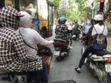 Selon le Centre national de prévision hydrométéorologique, le 2 juin à 13h00, la température était caniculaire à Hanoï, autour des 40°C. Cette période de très grande chaleur, qui devrait durer jusqu'à mardi 6 juin, bouleverse la vie quotidienne et engendre de grosses fatigues. Photo : Minh Quyêt/VNA/CVN