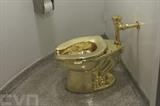 Toilette en or de Maurizio Cattelan au musée Guggenheim de New York. Photo : AFP/VNA/CVN