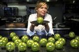 Christelle Brua et des pommes en sucre soufflé présentées au restaurant le Pré Catelan dans le Bois de Boulogne à Paris, le 12 octobre 2018. Photo: AFP/VNA/CVN