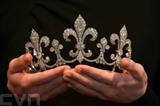 Un collier de perles et une broche ayant appartenu à la reine Marie-Antoinette présentés chez Sotheby's. Photo: AFP/VNA/CVN<br />
