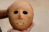 L'Autorité archéologique israélienne présente à Jérusalem un rare masque de pierre vieux d'environ neuf mille ans. Photo: AFP/VNA/CVN