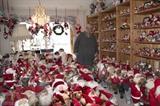 Laila Simonsen et sa collection de 2.080 poupées du Père Noël en Norvège. Photo: Adressa/VNA/CVN