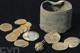 <br /> Découvert dans le Nord d'Israël, le trésor comprend 24 pièces d'or et une boucle d'oreille. Datant du XI<sup>e</sup> siècle, il était contenu dans un petit pot de bronze. Photo: AFP/VNA/CVN