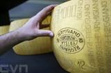 Une meule de parmesan au salon du goût de Turin. Photo: AFP/VNA/CVN