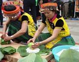 Concours de préparation de <em>banh chung</em> (gâteau carré de riz gluant farci de viande de porc et de haricot mungo). Photo: Thanh Tùng/VNA/CVN