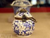 Le bol de tabac rustique en poterie fabriqué sous le règne du roi Gia Long est exposé au Musée des antiquités royales de Huê,dans la ville de Huê,le 25 avril. Photo: Quôc Viêt/VNA/CVN