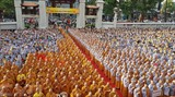 À Hô Chi Minh-Ville, le Comité central de l'EBV, en collaboration avec son antenne municipale, a organisé mardi 29 mai à la pagode Viêt Nam Quôc Tu, une cérémonie solennelle en l'honneur du 2562<sup>e&nbsp;</sup>anniversaire de la naissance de Bouddha, réunissant des milliers de bonzes, bonzesses et fidèles bouddhistes locaux. Photo: Thê Anh/VNA/CVN