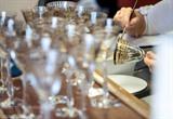 Décoration à la main d'un verre dans la manufacture de cristallerie Baccarat. Photo: AFP/VNA/CVN