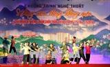 <br /> Un programme artistique en l'honneur du 64<sup>e</sup> anniversaire de la victoire de Diên Biên Phu (7 mai) a eu lieu dimanche 6 mai dans la ville éponyme (province de Diên Biên, Nord-Est). Il s'agissait d'un spectacle grandiose reproduisant la victoire de Diên Biên Phu, bataille qui a mis fin à la présence française au Vietnam. Photo: Phan Tuân Anh/VNA/CVN