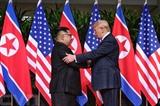 Le président américain Donald Trump et le dirigeant nord-coréen Kim Jong Un se sont serrés la main mardi 12 juin, une image encore inimaginable il y a seulement quelques mois.<br /> <br /> Photo: EPA/VNA/CVN