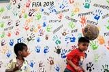 Enfants jouant avec un ballon de football, avant la Coupe du monde 2018, à Karachi, au Pakistan, le 13 juin. Photo: Xinhua/VNA/CVN<br /> <br />