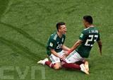 <br /> L'attaquant mexicain Hirving Lozano (gauche) exulte après son but contre l'Allemagne lors du Mondial, le 17 juin à Moscou. Photo: Xinhua/VNA/CVN