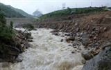 <div> Les pluies torrentielles qui se sont abattues dans la nuit du 23 au 25 juin dans les régions montagneuses du Nord ont causé des glissements de terrain ainsi que des pertes humaines et matérielles.<br /> <br /> Photo: Quy Trung/VNA/CVN</div> <div> &nbsp;</div>
