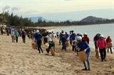 Les jeunes de la province de Ninh Thuân (Centre) ramassent les déchets sur la plage de Ninh Chu. Photo: Công Thu/VNA/CVN