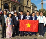 Les quatre élèves vietnamiens participant aux 50<sup>es</sup> Olympiades internationales de chimie en République tchèque et en République slovaque ont tous remporté des médailles: un d'or, deux d'argent et un de bronze. La médaille d'or est revenue à Pham Duc Anh, du Lycée d'excellence des sciences naturelles (relevant de l'Université nationale de Hanoï).<br /> <br /> Photo: VNA/CVN<br /> <br /> <br />