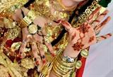 Une jeune femme montre ses mains ornées de motifs dessinés au henné, la veille de son mariage, en Tunisie. Photo: AFP/VNA/CVN