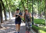 Les touristes venus visiter la capitale souffrent de la canicule de juillet. Photo: VNA/CVN