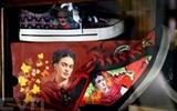 Des chaussures décorées de l'image de Frida Kahlo, exposées dans la maison de sa petite nièce, à Mexico. Photo: AFP/VNA/CVN
