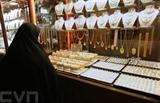 Une Iranienne regarde la vitrine d'une bijouterie du bazar de Tabriz, dans la province d'Azerbaïdjan oriental, en Iran. Photo: AFP/VNA/CVN<br /> <br />