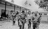 Le feu premier secrétaire du Comité central du Parti communiste cubain et Premier ministre du gouvernement révolutionnaire de Cuba, Fidel Castro (1<sup>er</sup> plan, à gauche), lors d'une visite à Quang Tri (Centre), le 15 septembre 1973. Photo: VNA/CVN