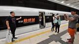 Des passagers du train G5736 à la gare de Kowloon Ouest à Hong Kong, dans le Sud de la Chine, le 23 septembre, marquant l'ouverture de la section de Hong Kong de la ligne ferroviaire à grande vitesse Guangzhou-Shenzhen-Hong Kong.<br /> Photo: Xinhua/VNA/CVN