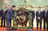 <em>Le ministre vietnamien des Finances, Dinh Tiên Dung (gauche), frappe mercredi 2 janvier le gong marquant la première séance boursière de l'année 2019 sur le stock exchange de Hanoï.</em> Photo: VNA/CVN
