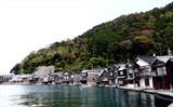 Datant du XVIII<sup>e</sup> siècle, le village flottant de Funaya est considéré comme un des plus beaux sites touristiques du Japon. Photo: AFP/VNA/CVN