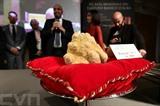 Une truffe blanche Robaldo de 1.005 grammes vendue aux enchères 120.000 euros près d'Alba dans le Piémont, en Italie, le 10 novembre 2019. Photo : AFP/VNA/CVN<br /> <br />