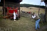 Des touristes chinois prennent la pose devant un photographe à Gostoljuble, village situé dans l'Ouest de la Serbie. Photo : AFP/VNA/CVN
