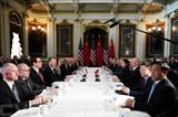 Round de la dernière heure: ministres américains (gauche) et chinois poursuivaient jeudi 21 février à Washington leurs négociations commerciales pour tenter d'aboutir à un accord.<br /> Photo: AFP/VNA/CVN<br />
