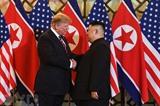 Le président américain Donald Trump (gauche) et le président de la République populaire démocratique de Corée, Kim Jong Un, se rencontrent à Hanoï, le 27 février. Photo: AFP/VNA/CVN