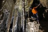 Des spéléologues israéliens ont annoncé qu'une grotte de sel abritant des stalactites impressionnantes et découverte près de la mer Morte était selon eux la plus longue du monde. Photo: AFP/VNA/CVN