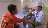 Un docteurmilitaire vietnamien prend soins de santé pour une jeune laotien,le 15 avril dans le district de Môc Châu, province de Son La (Nord).<br /> <br />