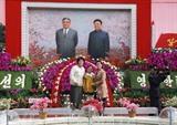 Une famille de la République populaire démocratique de Corée prend la pose à lafoire florale Kim Il Sung à Pyongyang. Photo: Phuong Hoa/VNA/CVN