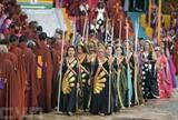 Des femmes vêtues de robes bariolées et des hommes en toges lors d'une cérémonie de la communauté religieuse de la Vallée de l'Aube, le 21 avril à Planaltina, à 50 km de Brasilia. Photo: AFP/VNA/CVN