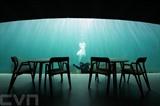 Sur la côte Sud de la Norvège, le restaurant Under très particulier vient d'ouvrir ses portes. À moitié submergé, l'établissement de trente mètres de long propose à ses clients de déguster leur repas à cinq mètres sous la surface de la Mer du Nord. Photo: AFP/VNA/CVN<br />